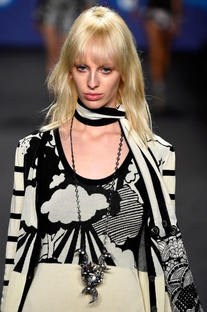 Black and white: maglia con stampa nuvole e cielo; collana con pendaglio argento, foulard al collo / Anna Sui ss 2015