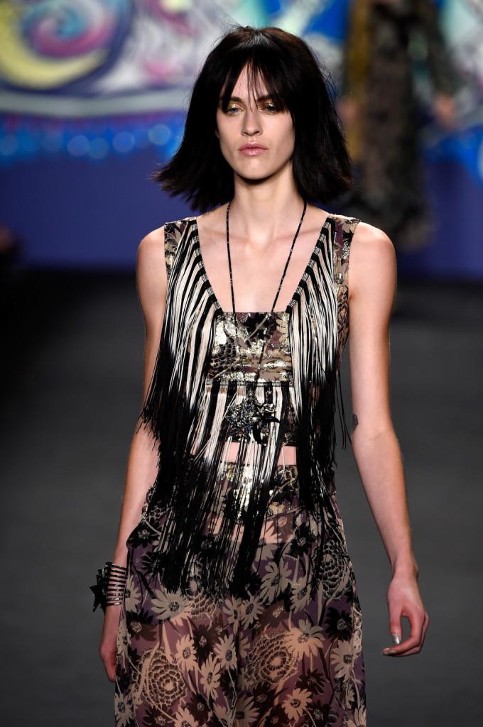 Top nero e argento con frange lunghe, abbinato a collana con ciondolo / Anna Sui ss 2015