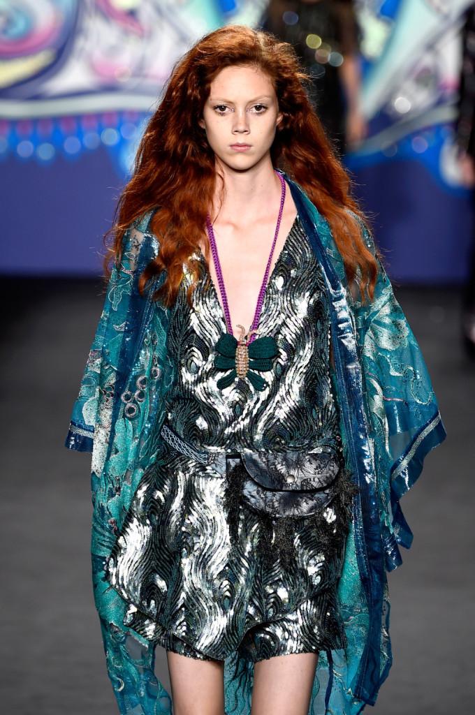 Jumpsuit corto iridescente, con marsupio, collana e foulard / Anna Sui ss 2015
