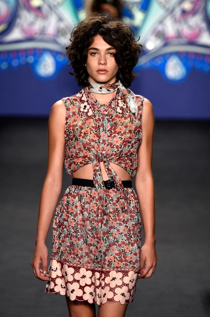 Mood anni '60 per la gonna con fantasia e bordo con fantasia floreale macro, con top annodato e foulard al collo / Anna Sui ss 2015