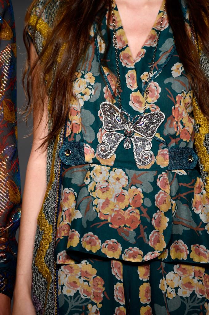 Vestito a stampa Floreale con ciondolo farfalla / Anna Sui ss 2015