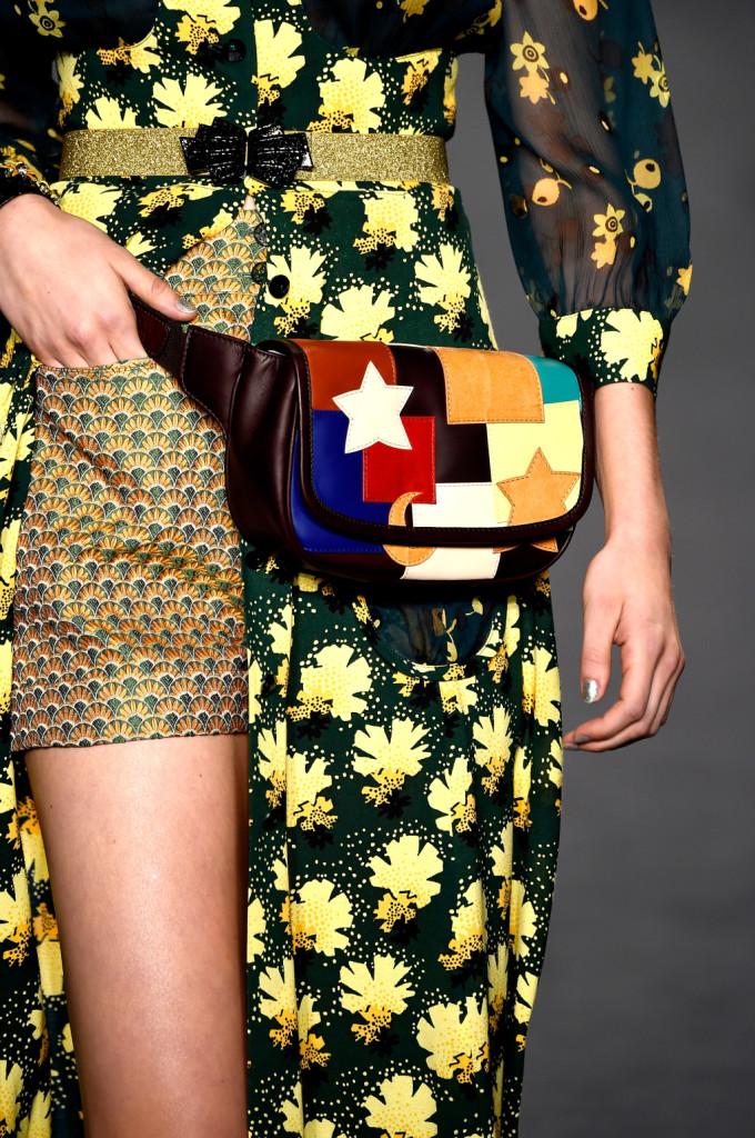 Dettaglio - Marsupio multicolor con stelle, shorts fantasia / Ann Sui ss 2015