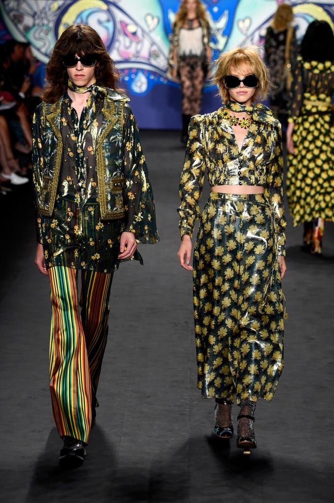 Lui e lei. Stampe gialle e verdi, pantaloni larghi, gilet e occhiali da sole / Anna Sui ss 2015