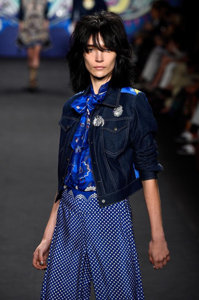 Pantaloni ampi, camicia blu con luna e giacca in denim / Anna Sui ss 2015