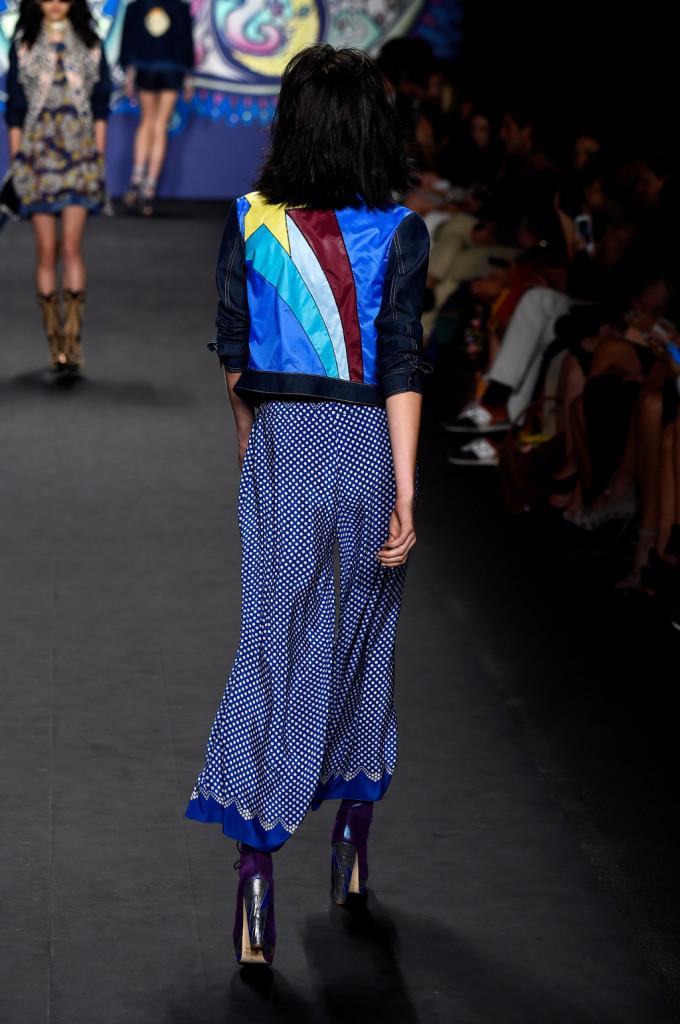 La giacca svela un quasi-arcobaleno sul retro / Anna Sui ss 2015