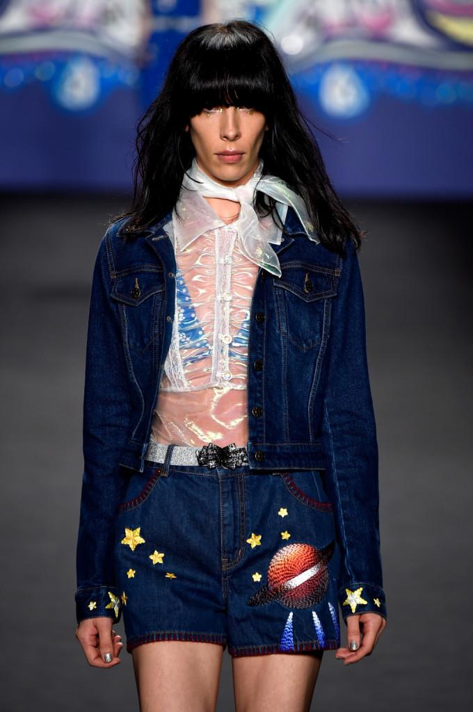 Camicia trasparente, giacca in denim e short di jeans con stelle e pianeta / Anna Sui ss 2015