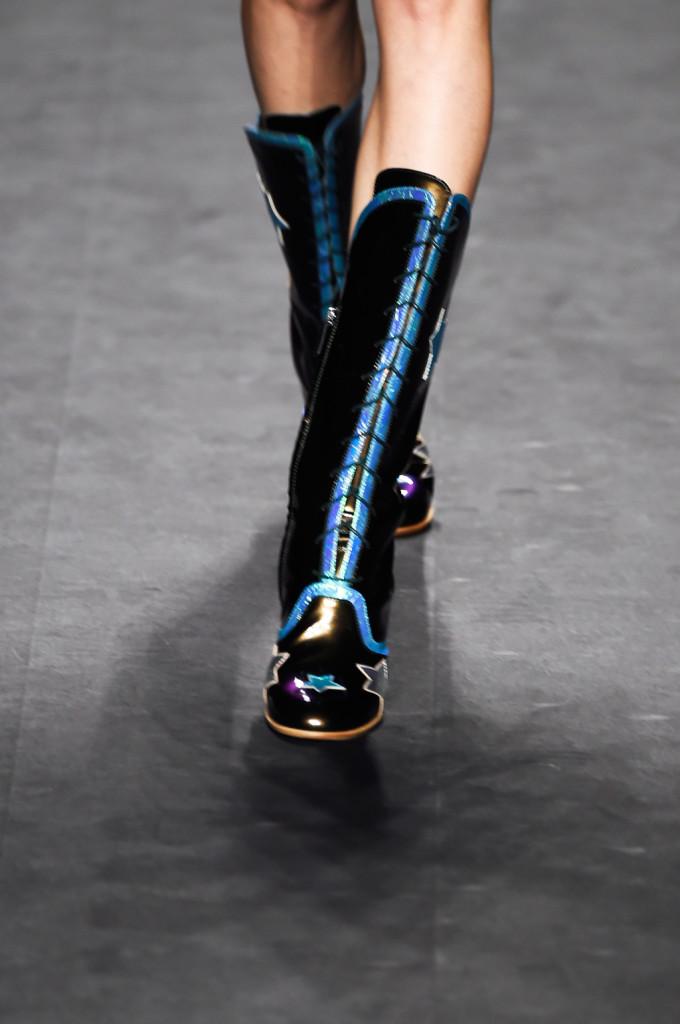 Dettaglio accessori: stivali neri con cuciture azzurre e stelle colorate sulla punta / Anna Sui ss 2015