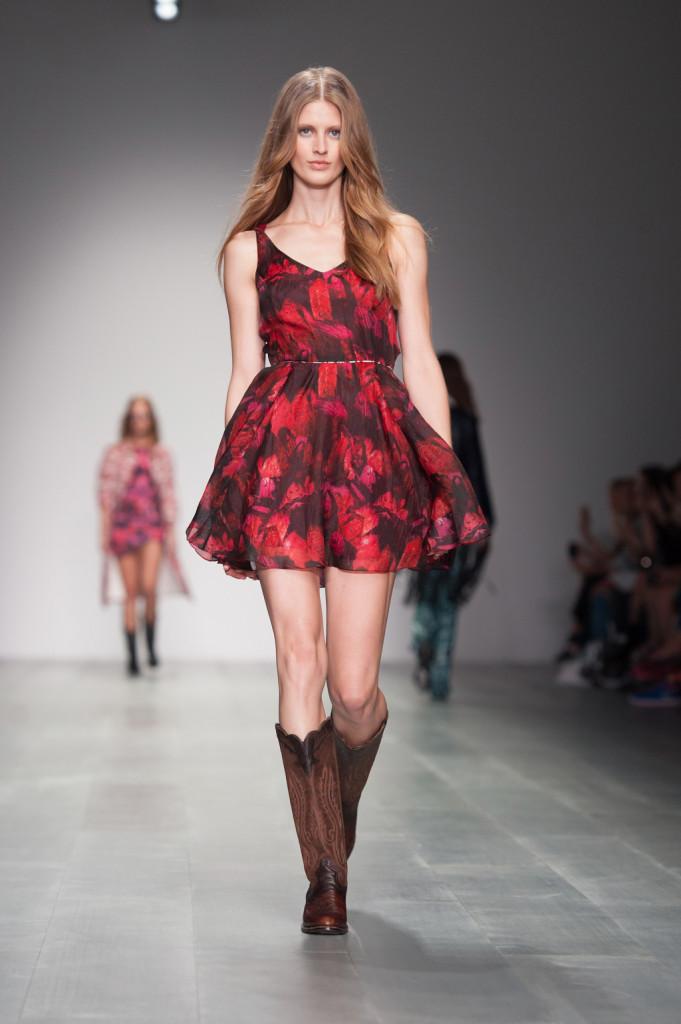 Semplice ma delizioso l'abito corto fantasia rosso-rosso scuro con spalline e gonna ampia abbinato a stivali cowboy / Felder Felder ss 2015