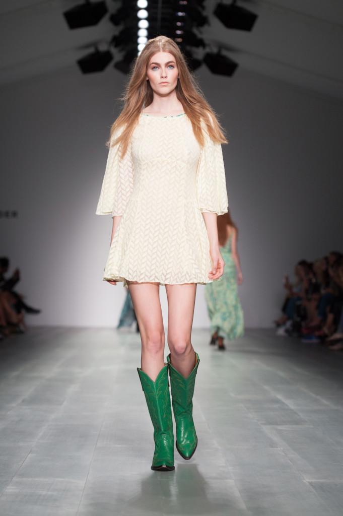 Bianco, semplice e perfetto l'abito primaverile abbinato a stivali cowboy verdi / Felder Felder ss 2015