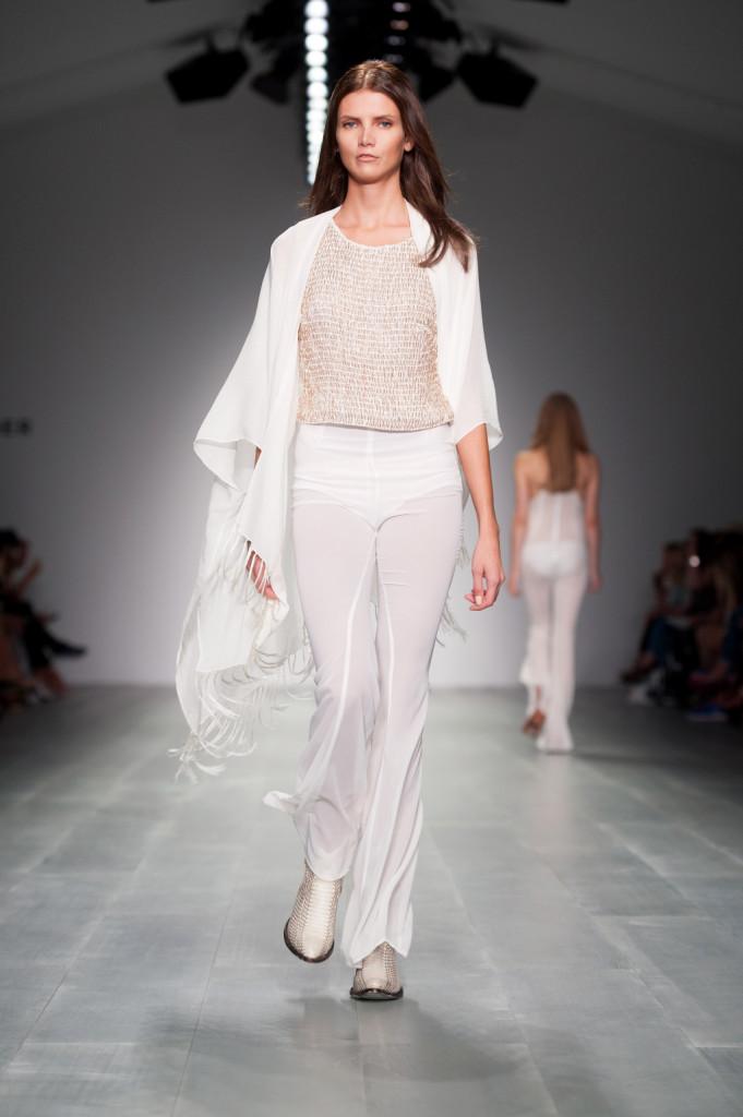 Pantaloni lunghi, top e ampio capospalla per un look total white / Felder Felder ss 2015