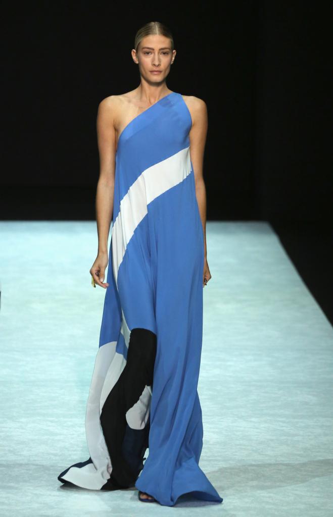 Per la sua donna sirena Angelos Bratis punta sui colori del mare: il grigio, l'azzurro e il bianco, ma anche il nero