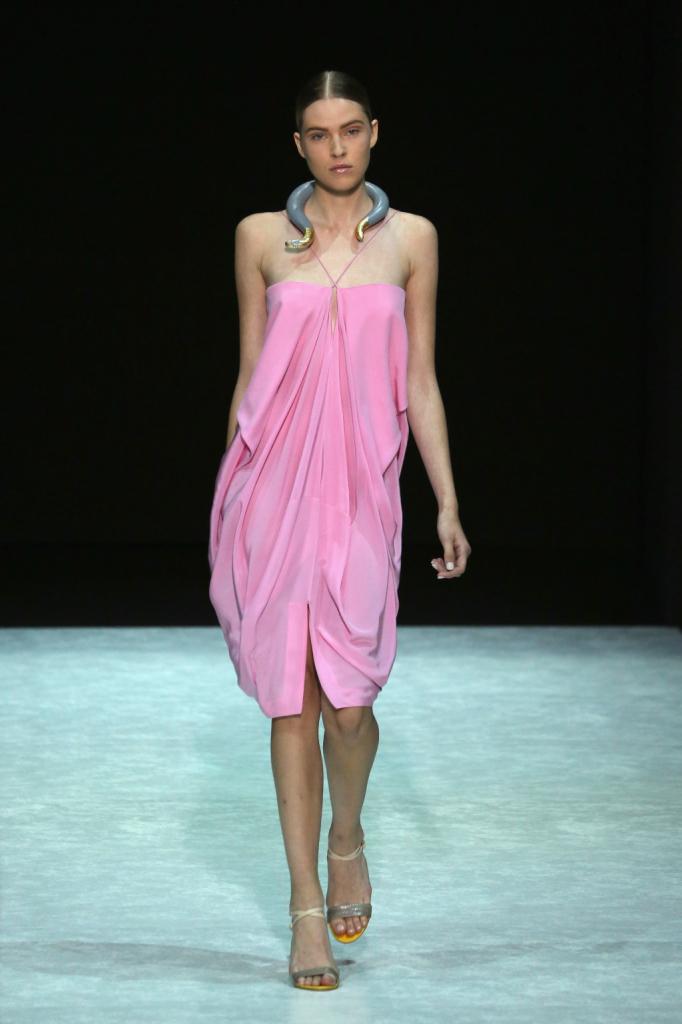 Non solo blu, Bratis punta anche sul rosa elettrico, con questo abito morbido ed elegante