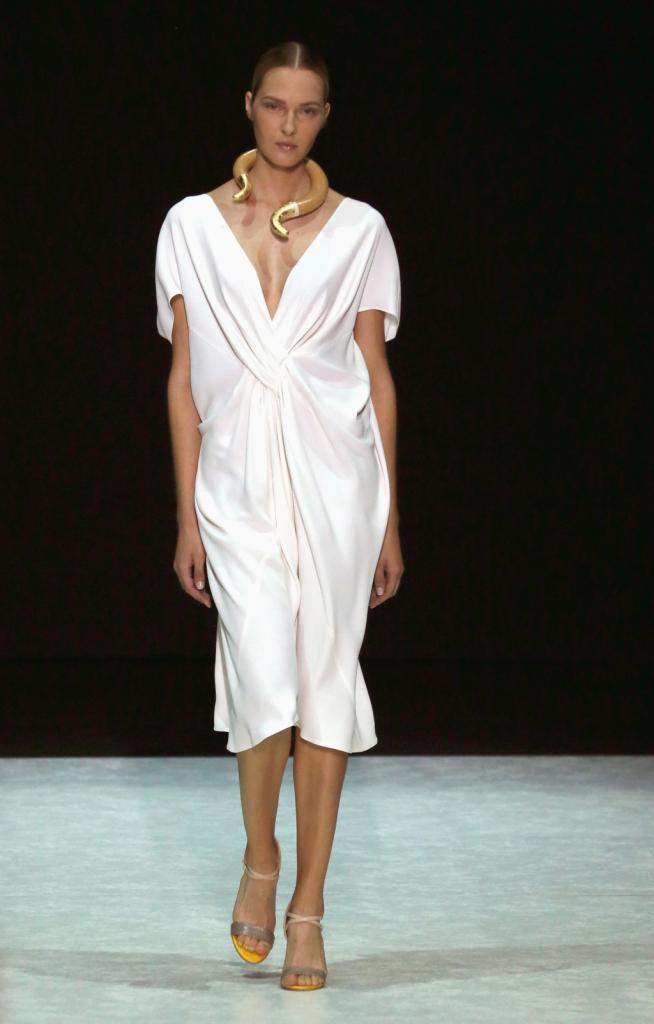 Il bianco delle rocce della Grecia negli abiti di Angelos Bratis