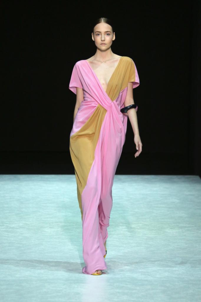 Abito lungo in oro e  rosa elettrico di Angelos Bratis