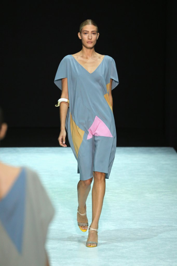 Il designer greco gioca anche con le lunghezze alternando abiti lunghissimi, con tagli fino  al ginocchio