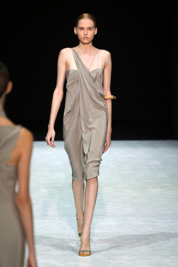 Il tortora è uno dei colori è utilizzati da Angelos Bratis come in questo abito sensuale, che cado morbidamente sulla shilouette