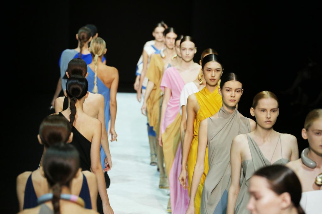 Una donna sirena per Angelos Bratis alla sfilata S/S 2015 alla Milano Fashion Week