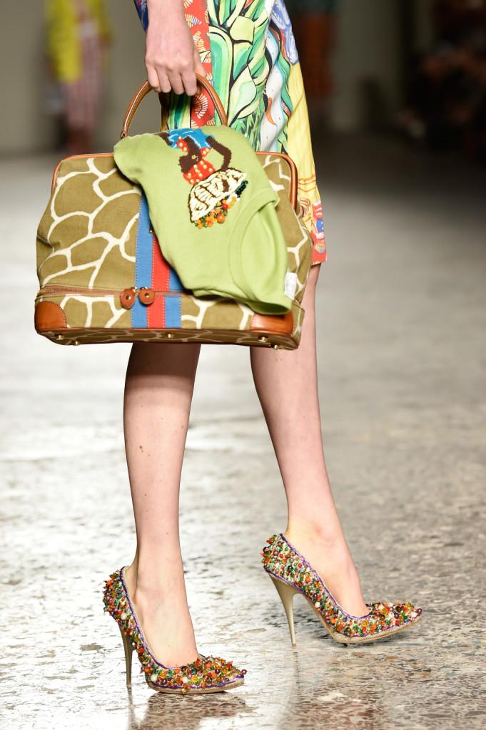 Dettaglio: borsa animalier abbinata alle scarpe alte / Stella Jean ss 2015
