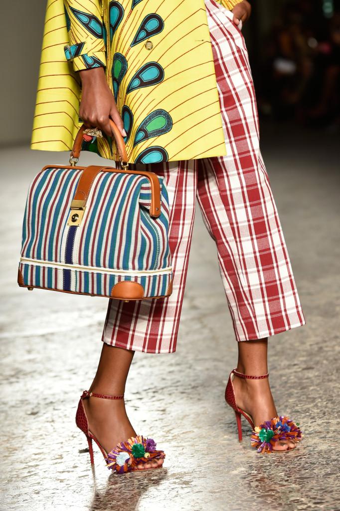 Dettaglio: borsa a righe, pantaloni a quadri, giacca tropical / Stella Jean ss 2015