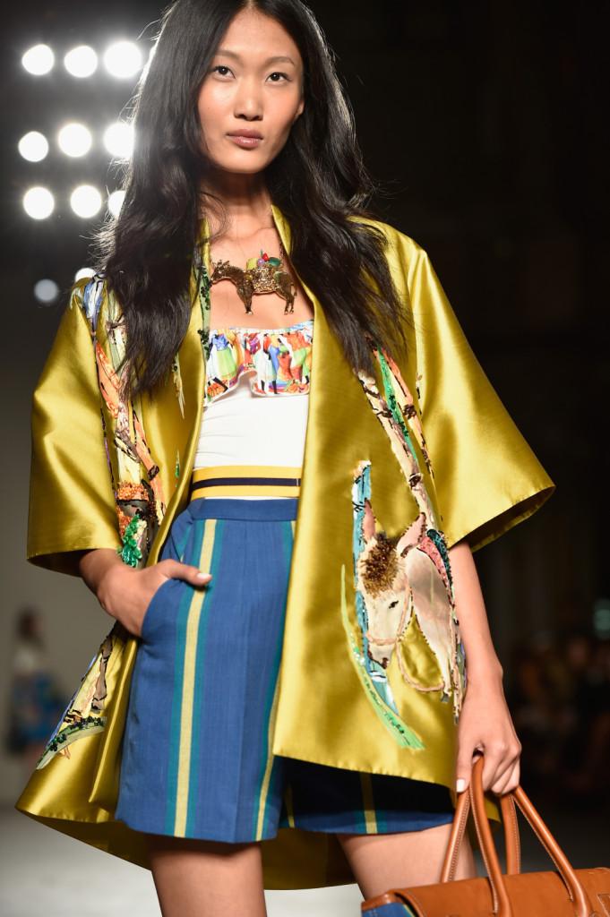 Giacca kimono oro con t-shirt e shorts a righe / Stella Jean ss 2015