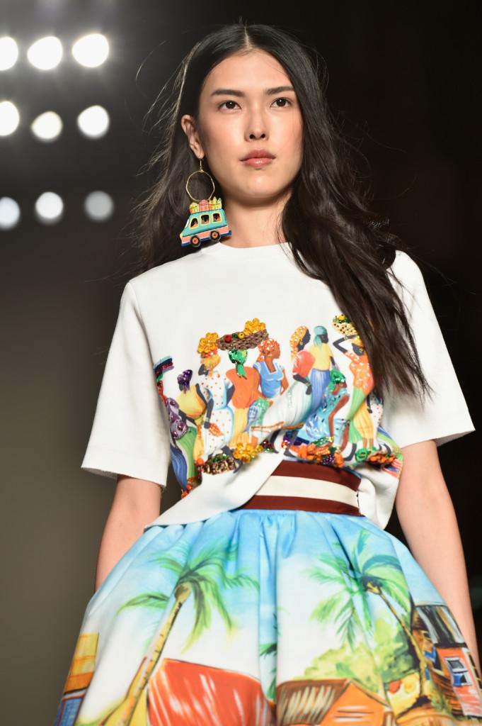 T-shirt bianca con stampa e gonna tropical, con grandi orecchini colorati e cintura stretta in vita / Stella Jean ss 2015