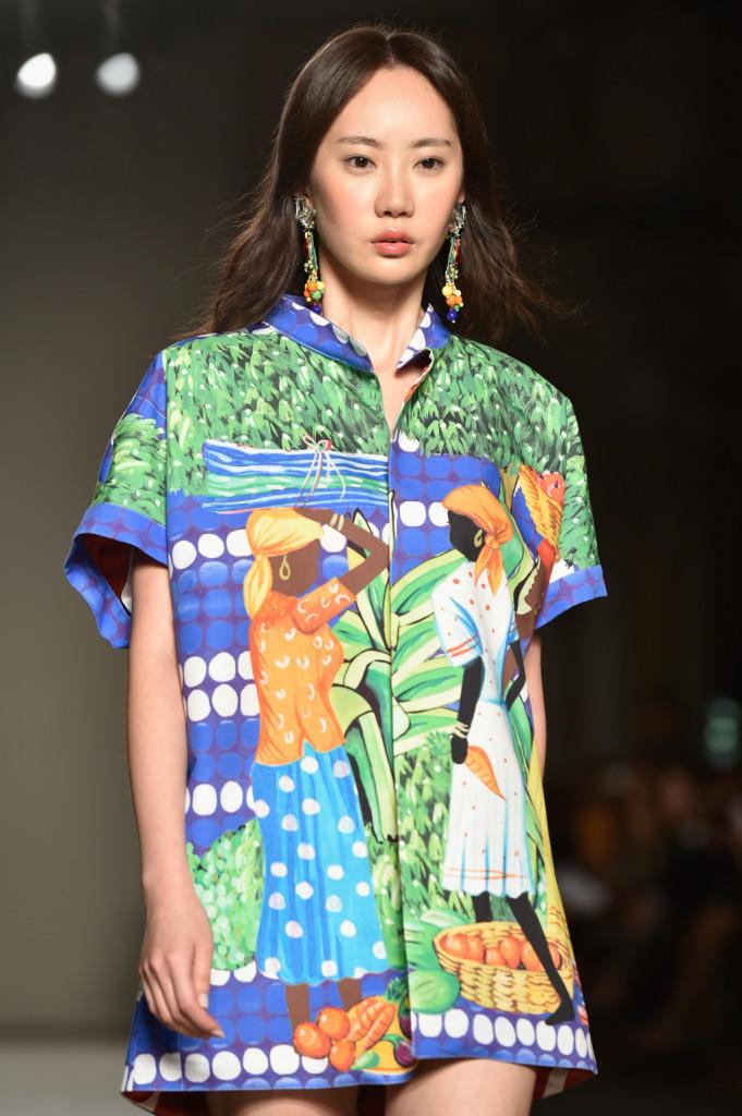 Camicia stampa tropicale che si fa abito, con orecchini abbinati / Stella Jean ss 2015