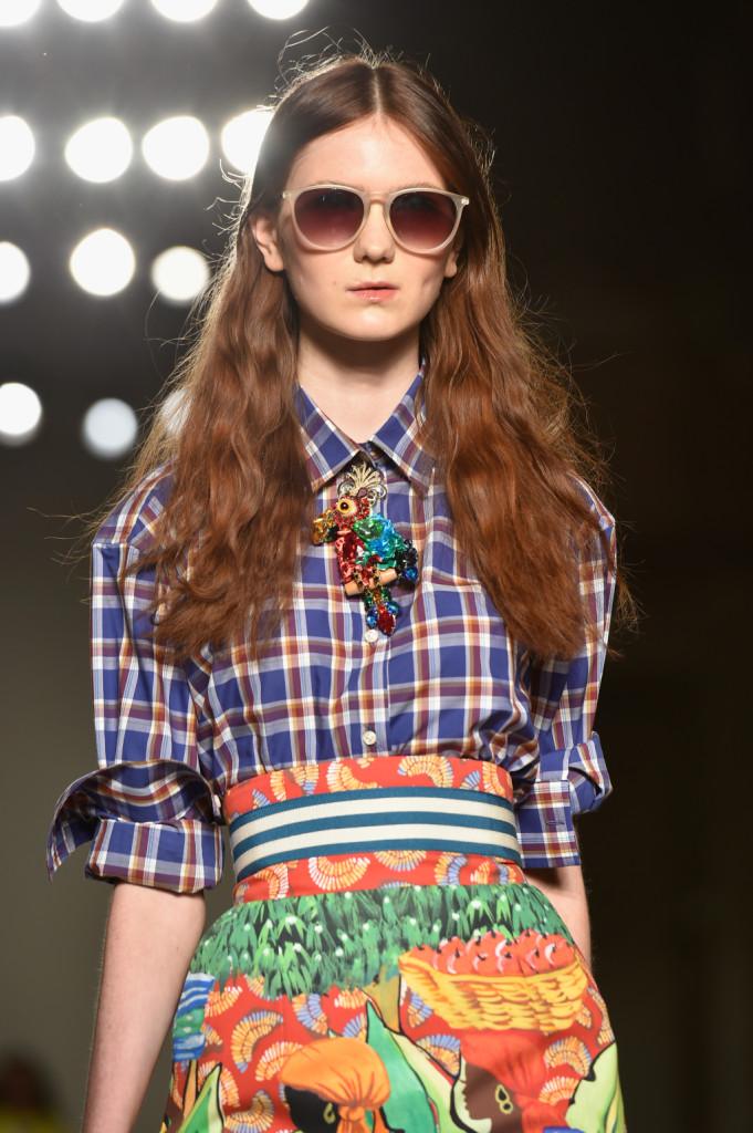 La camicetta a quadri si abbina alla gonna tropical, con fascia in vita e collana colorata / Stella Jean ss 2015