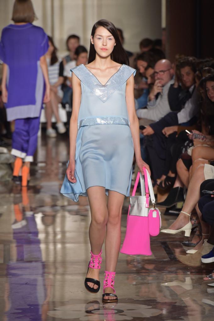 L'azzurro polveroso contrasta con il colore candy di scarpe e bag