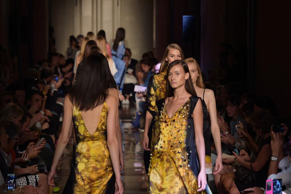 Sembra quasi una colata d'oro il passaggio delle modelle alla sfilata di Andrea Incontri