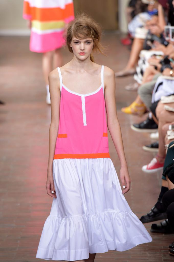 Basic glam: top oversize rosa e arancio con spalline e scollo bianco e gonna bianca / I'm Isola Marras ss 2015