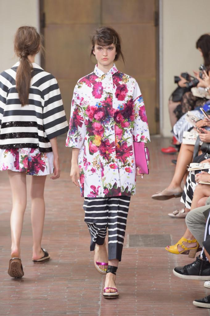 Oversize per giacca a fiori con toni di viola e rosso e pantaloni a righe bw / I'm Isola Marras ss 2015