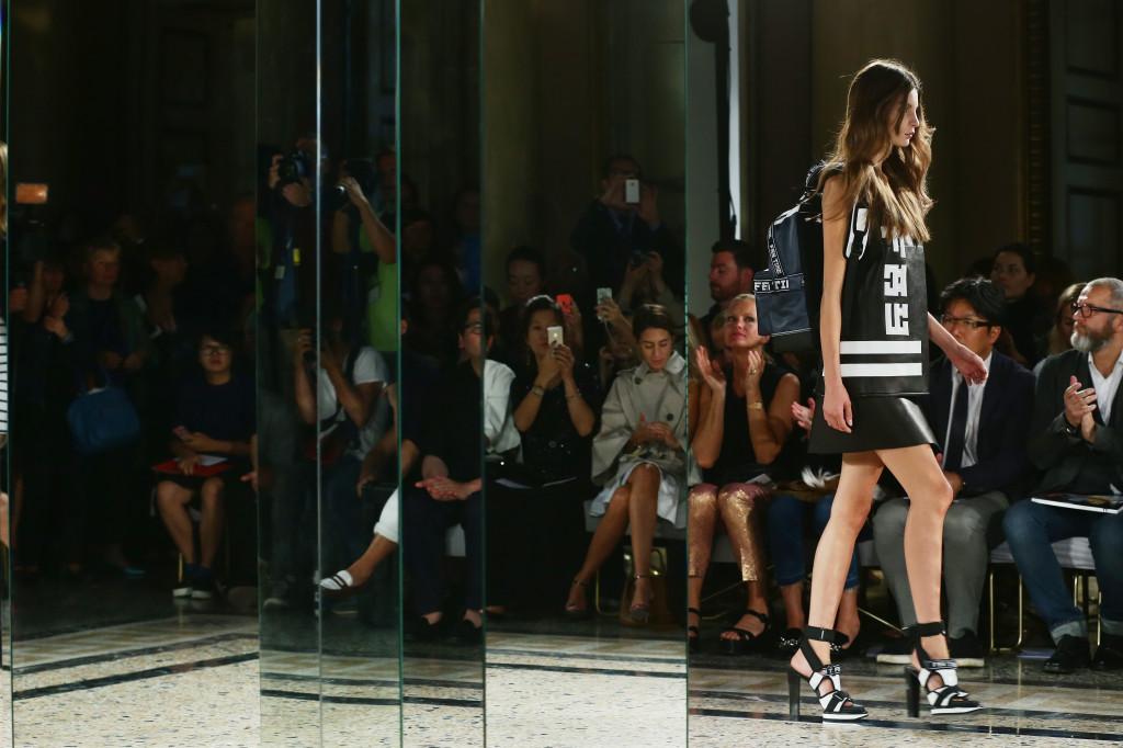 Sfilano le modelle del marchio Fay sulla passerella Milano Fashion Week