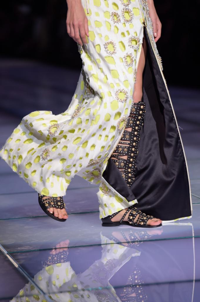 Detail: l'abito svela sandali preziosi