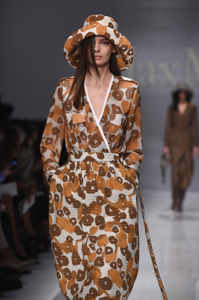 Macro stampa in toni di marrone per abito e cappello / Max Mara ss 2015