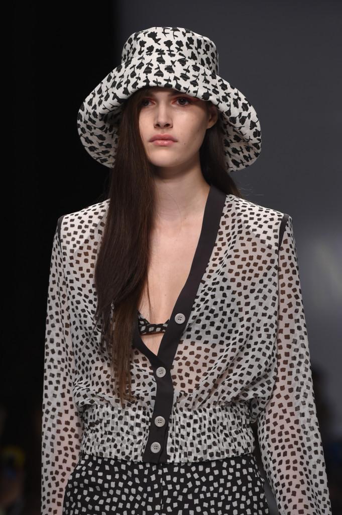 Camicetta con micro stampa bianconera e cappello coordinato / Max Mara ss 2015