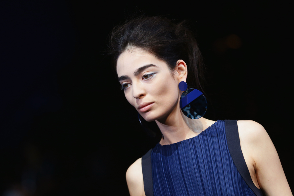 Gli orecchini? Blu, come l'abito