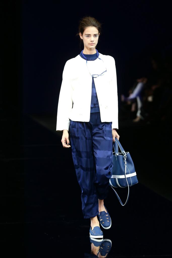 Pantaloni fluidi e una giacca accostata: è la moda che verrà