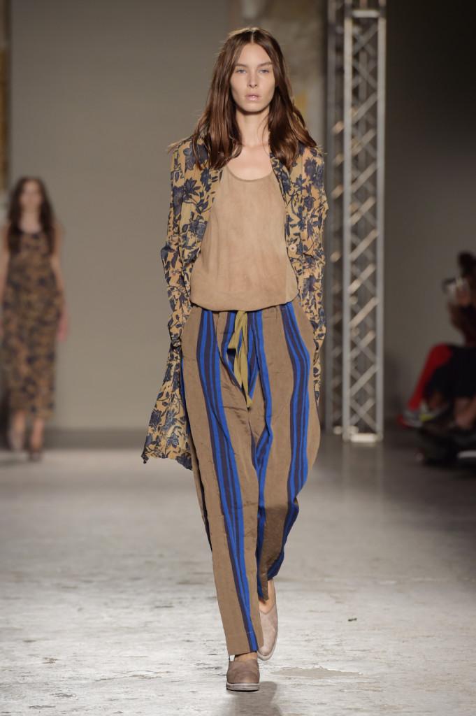 Top morbido, pantaloni loose a righe e lungo blazer floreale / Uma Wang ss 2015