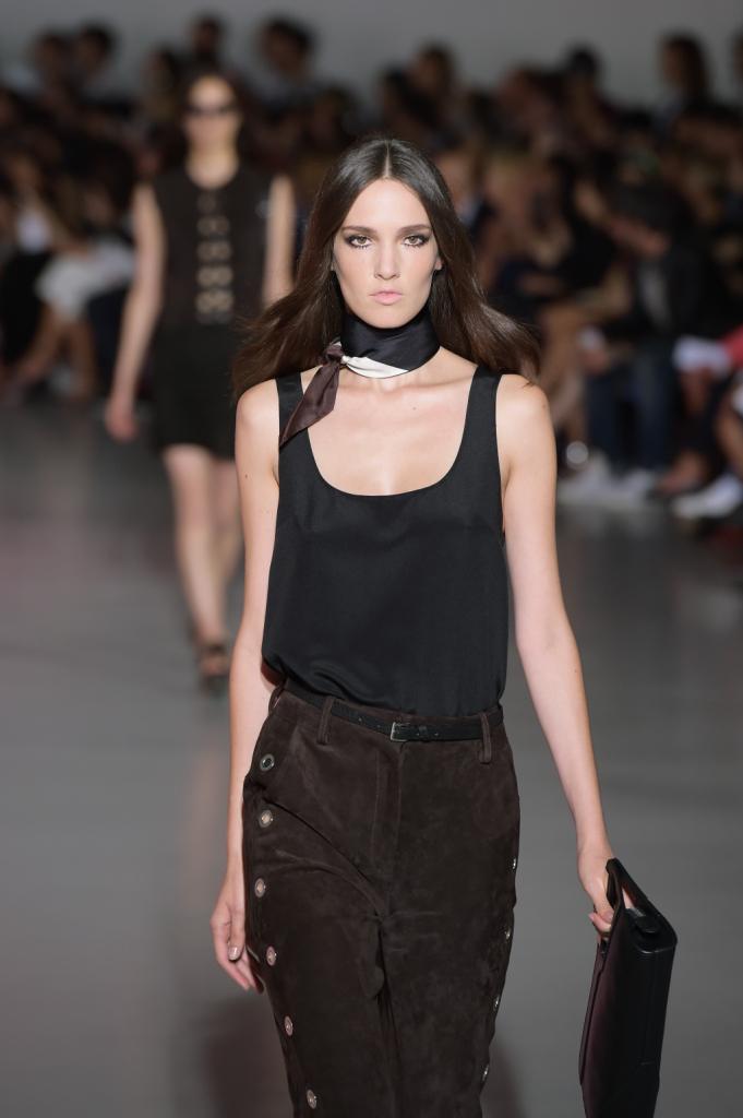 Top morbido nero e pantaloni a vita alta in camoscio; foulard al collo / Costume National ss 2015