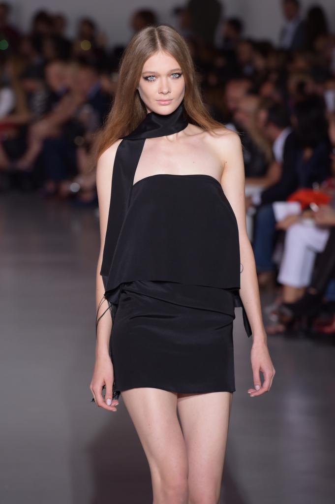 Molto nero per la sera: abito corto smanicato e foulard / Costume National ss 2015