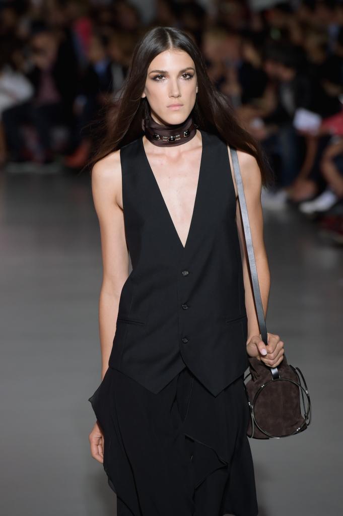 Lungo gilet nero, borsa e foulard al collo / Costume National ss 2015