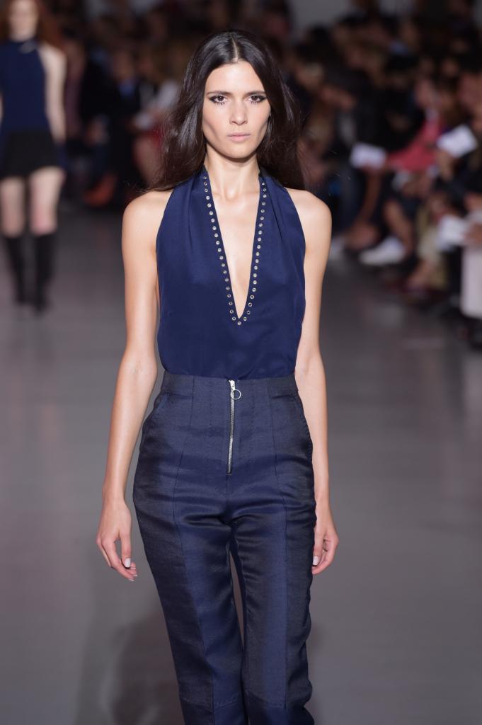 Pantaloni skinny a vita alta, top blu con scollo profondo / Costume Nationl ss 2015