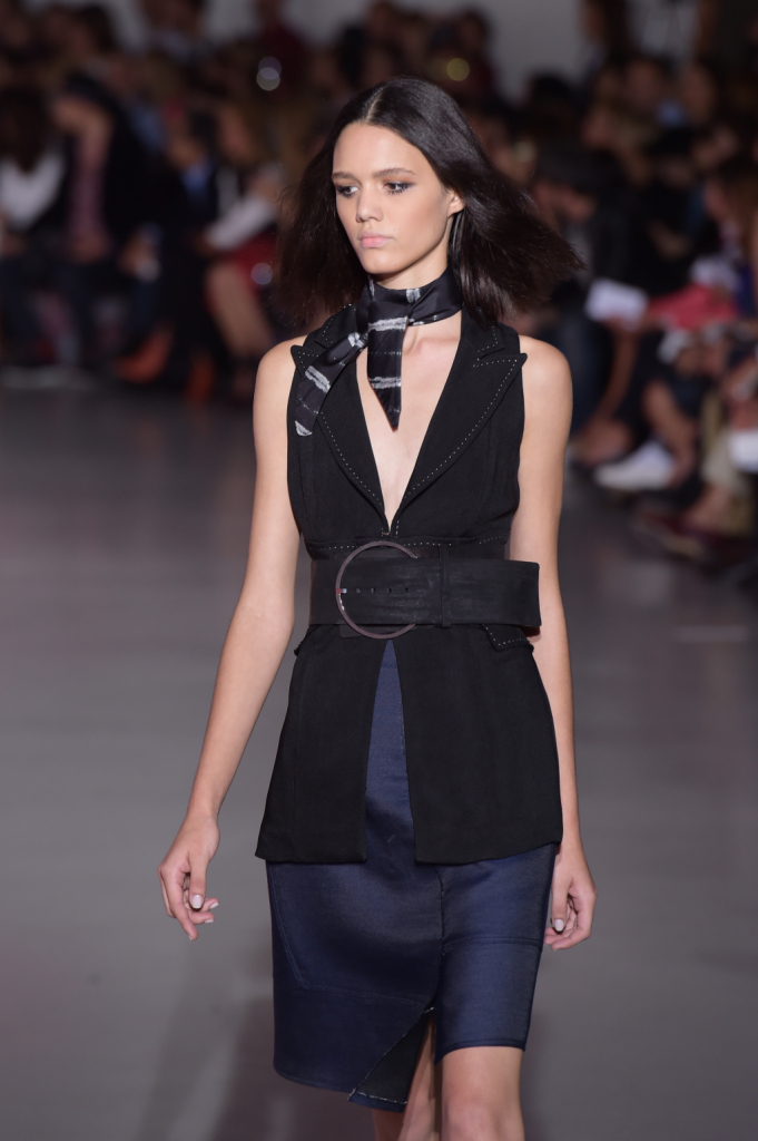 Gilet, foulard e cintura alta con fibbia ben evidente / Costume National ss 2015