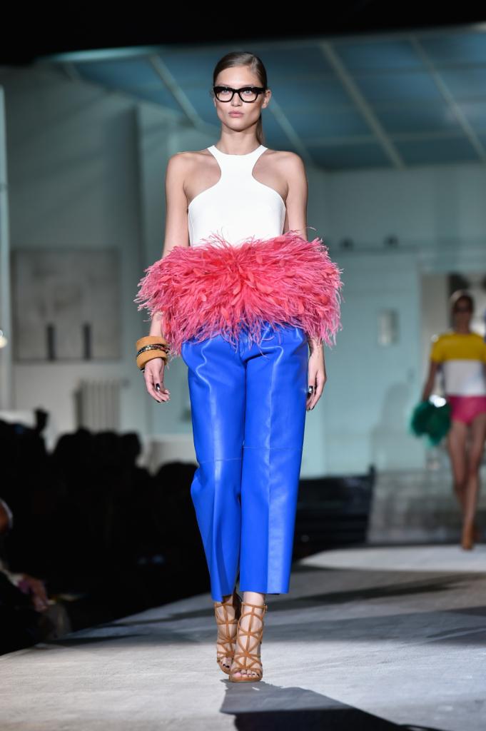 Pantaloni blu elettrico e top con scollo all'americana e piumosissimo inserto in vita / Dsquared2 ss 2015