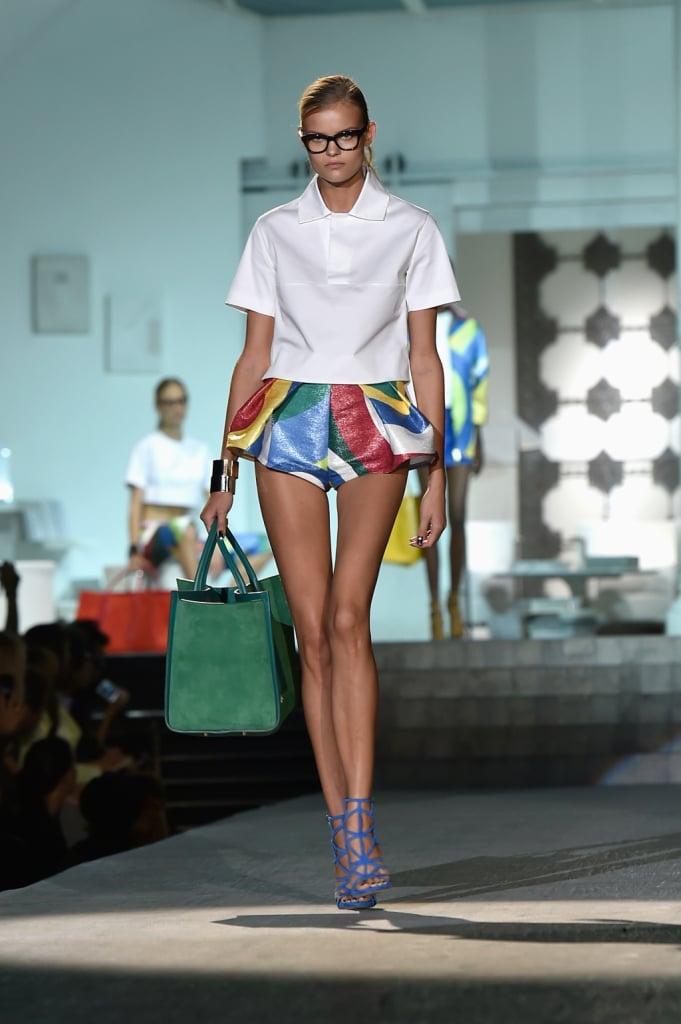T-shirt bianca e shorts colorati e gonfi, con borsa e sandali / Dsquared2 ss 2015
