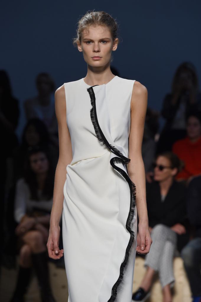 White dress Sportmax s/s 2015 con linea nera che percorre l'intero abito