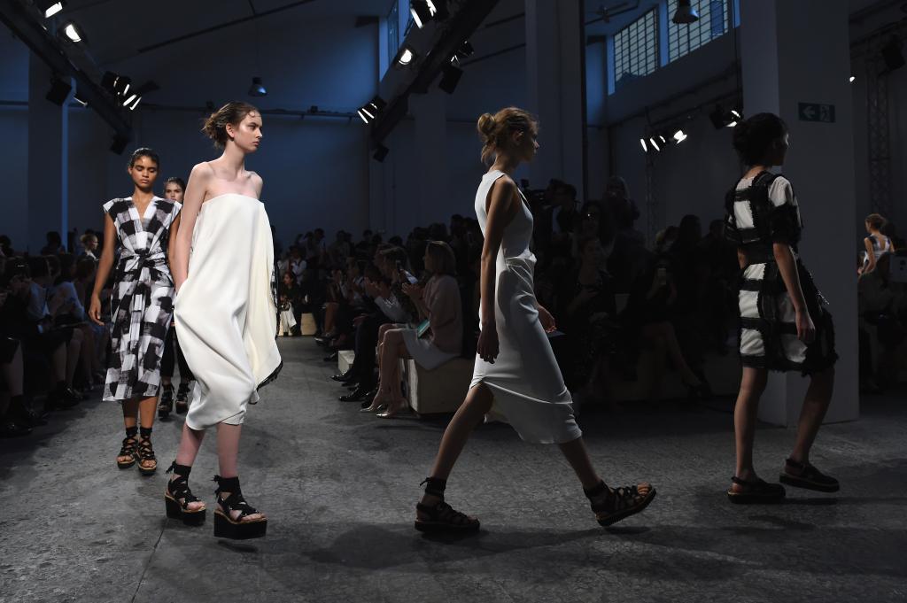 Modelle della collezione primavera estate 2015 Sportmax sfilano alla Milano Fashion Week 2014