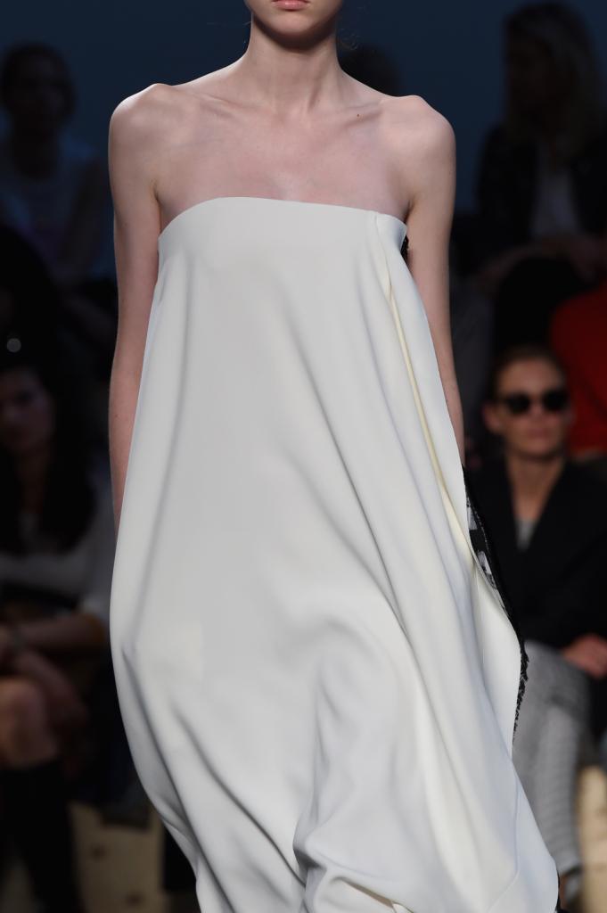 Outfit sera: abito bianco, linea sobria e senza spalline, molto glamour