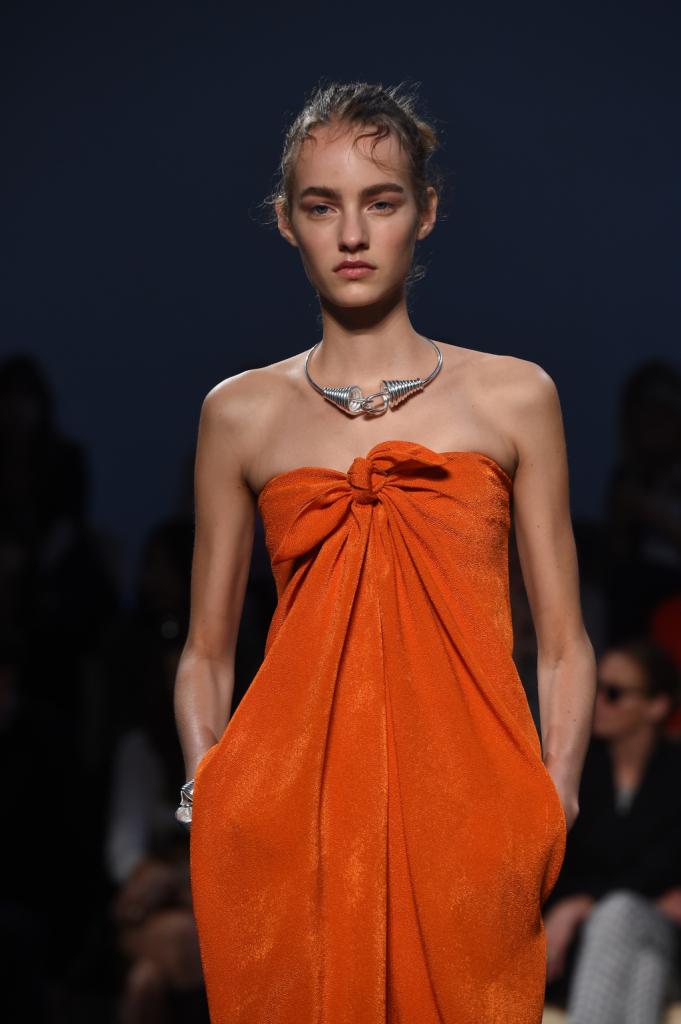 Pochi flash arancioni per una collezione primavera estate 2015 Sportmax in cui domina il nero. Dress con intreccio sul top