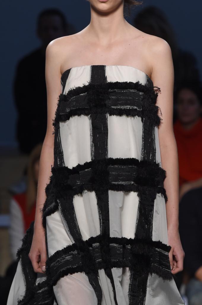 Linee morbide, abito senza spalline bianco e nero Sportmax 2015